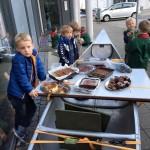 Bæverne og ulvene sælger kage til Spejderhjælpen
